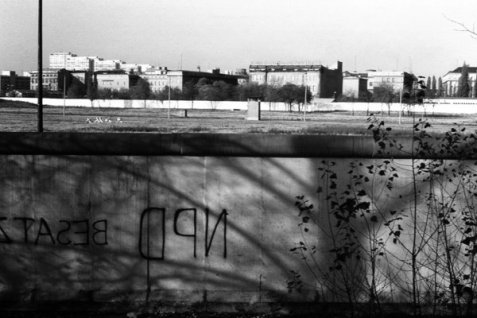 germany_berlin_wall_1970s_by_blackwhitepictures-d5czk7w